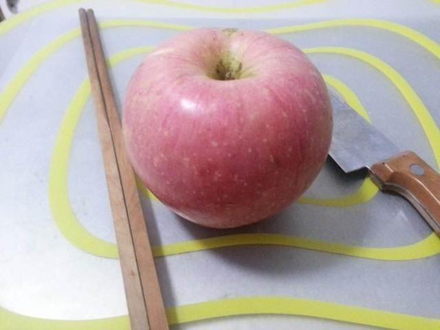 冬天女孩每天都吃一个苹果,半个月后,身体出现