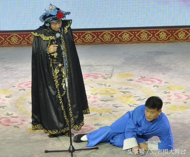 赵四在北京前门刘老根大舞台现场与观众尬舞,笑翻全场!图片
