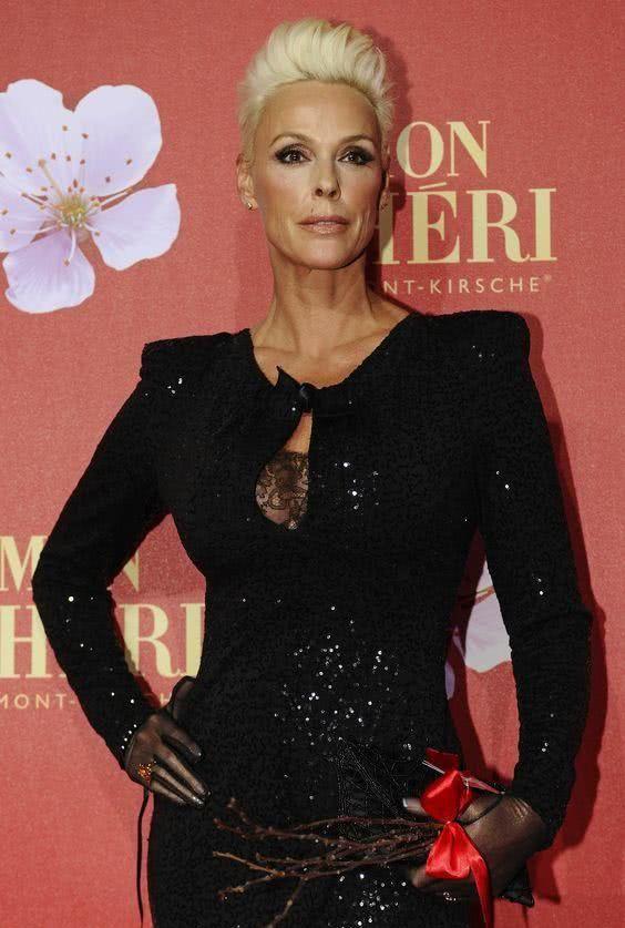 史泰龙模特前妻穿小黑裙,56岁身姿仍挺拔,去年圆梦亲自生女