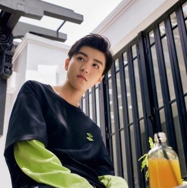 王俊凯有多自信?拍照前自己剪刘海,看到效果后网友:幸亏颜值高