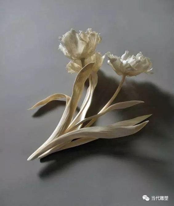 艺术家用各种动物的骨头制造出精致的雕塑
