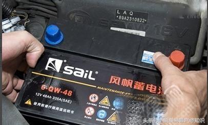 固定好电池的支架(底部有固定螺栓的则要拧紧螺栓),先装电池正极,盖好