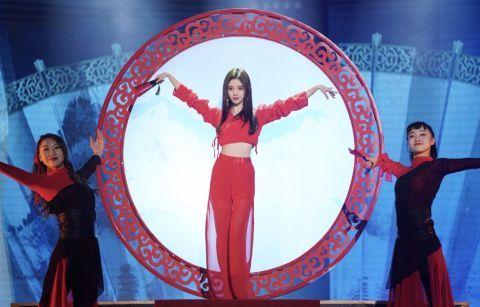 四千年美术鞠婧,轻纱美女配红色皮裙,美成美女图片衬衫图片
