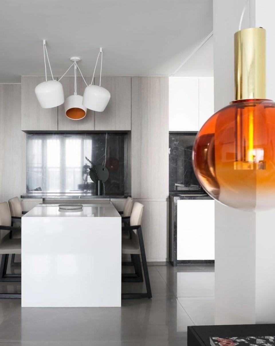 這套90平方米極簡風格公寓位于廣東省東部海濱城市汕頭,裝修采用了比較前衛的極簡主義風格,黑白灰的經典搭配,簡約純凈。  簡約大氣的客廳空間 整個項目給人的感覺是非??酥?,無論是在色彩還是在細節設計上,設計師秉承的是化繁為簡的思路。整體布局上在現代風格的基礎上,細節處融入了東方的元素,讓整個空間更具韻味。  不同材料應用體現出優秀的層次感 餐廳,客廳和廚房等公共空間是打通的,非常連貫,讓本來不大的房子看起來更加寬敞。不同功能區的線條比例簡單而優雅。  客廳一角 再加上戶型本身擁有不少大窗戶,擁有充足的自然