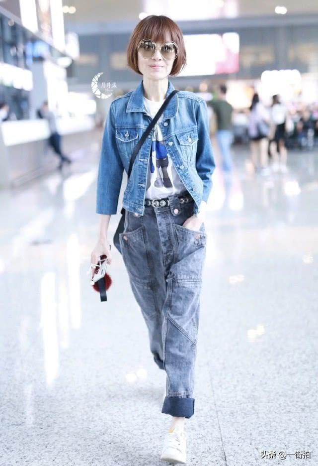 鲁豫现身机场,穿宽松牛仔装身材比例变协调,终于不再是大头娃娃