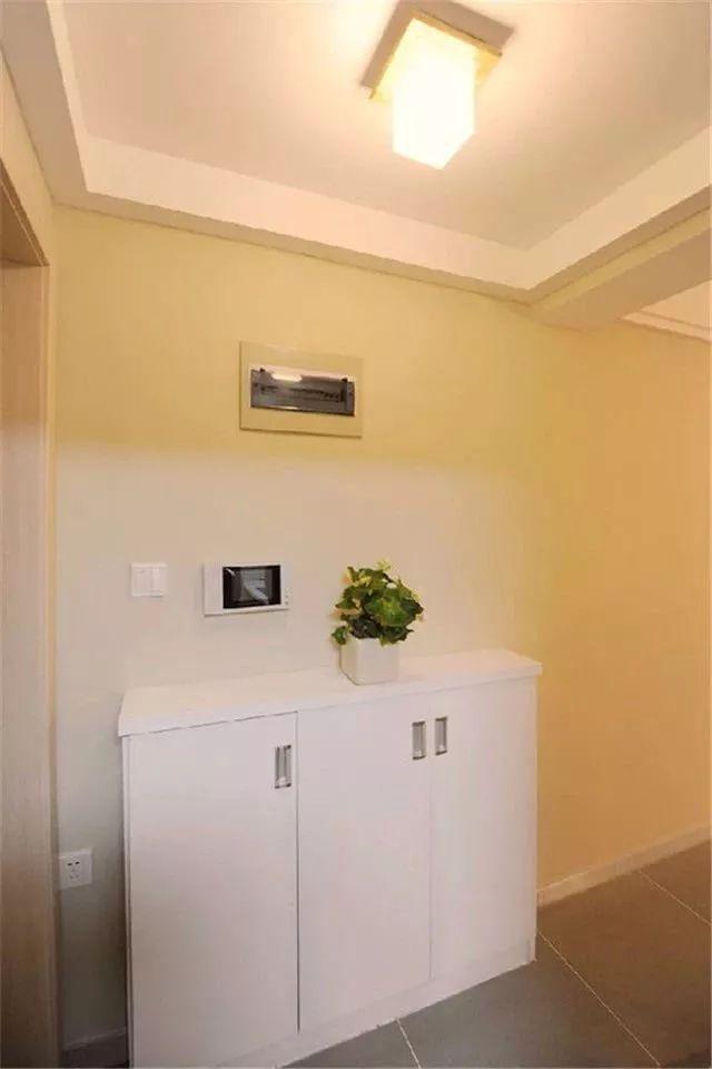 這套85平的小二房,整體裝修以簡簡單單的muji風格為主,通過簡約自然的硬裝基礎,搭配上輕松閑適質感的家具軟裝,裝扮出一個令人愜意的休閑之家。 原始結構圖  玄關  玄關區域簡潔為主,灰色亞光磚,左側墻面掛一面全身鏡,一旁還是廚房門,而右側墻面則是一個鞋柜。  小鞋柜上擺上一盆小綠植,讓狹窄的玄關顯得更加的輕松清新。 客廳  淡淡暖暖的電視墻,裝上一個木質感的收納展示柜,中間留空的區域作為壁掛電視機的安裝位置,側邊陽臺打通了裝上一個收納柜,坐在沙發上你能感受到的是自然與清新的氣息。  客廳整體簡約現