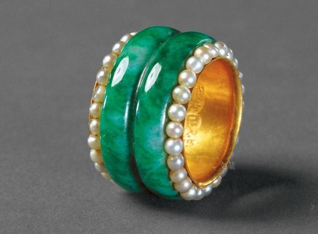 还有金里镶翠戒指,是以内圈金胎为底,外圈镶纹翠箍,边缘上镶嵌一圈小