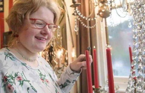 外国女子爱惨了一盏吊灯 买戒指向吊灯求婚