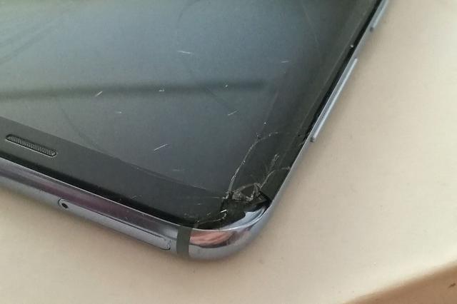 心痛:三星S8+摔碎了屏幕,换屏维修价可以买坚
