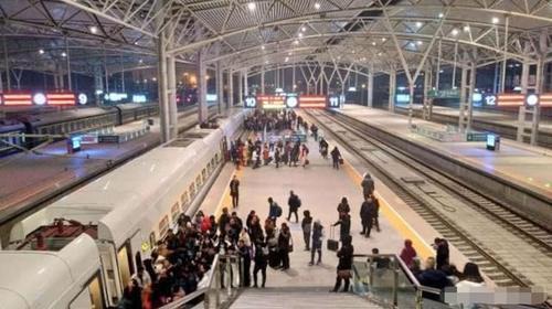 印度人在中国坐高铁,说出高铁两大缺点,引起