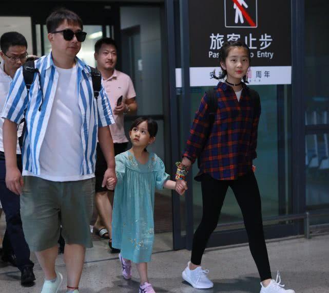 黄磊携俩女儿出行,多多潮范十足,妹妹颜值抢镜