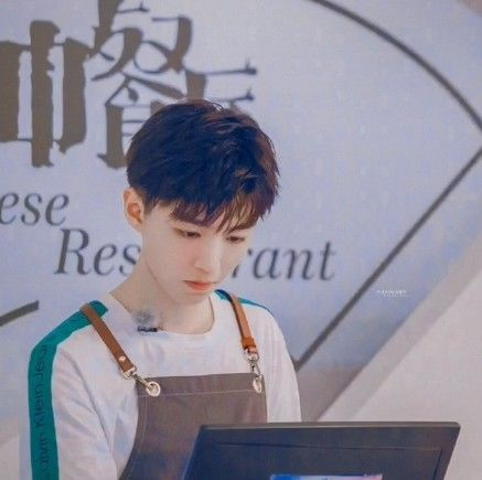 王俊凯长的够帅了,看到他表姐,网友:确定不是小凯穿上了女装?