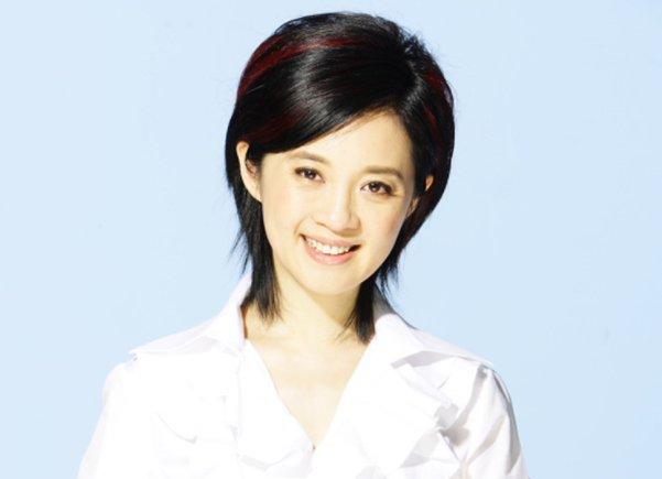 前央视主持人许戈辉近照曝光,51岁看起来像20多岁少女,羡慕