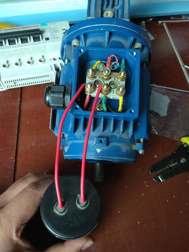 电工知识:三相电机加多大电容变单相电机?是加一个电容还是加俩