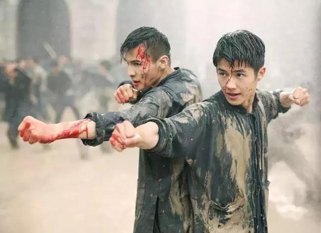 还认识了陈昊饰演的江湖人士陈峥两人不打不相识成了生死之交在各