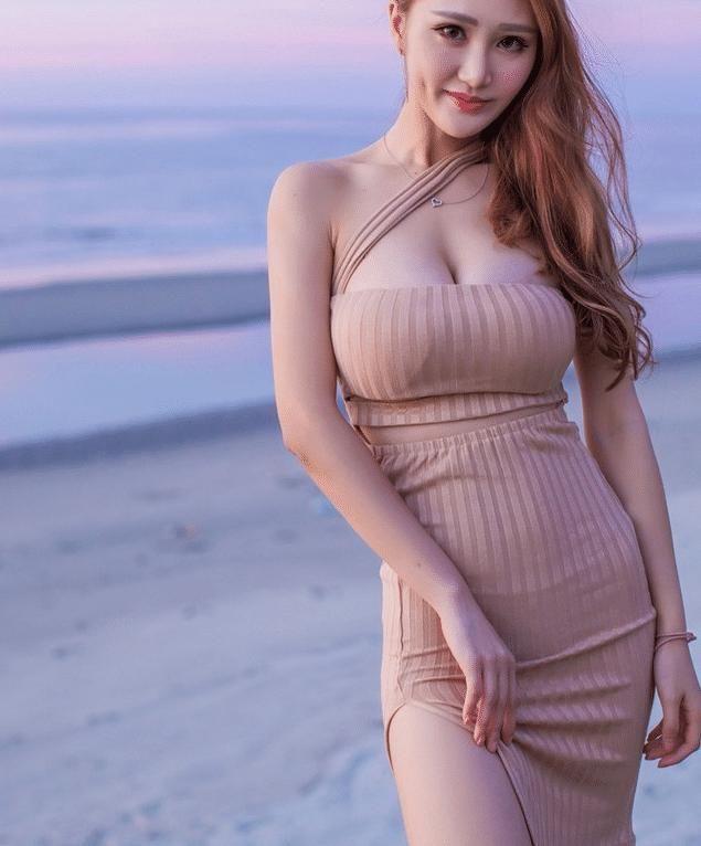 海边摆拍的足球,美女蹲姿还是看最好美女三角区图片