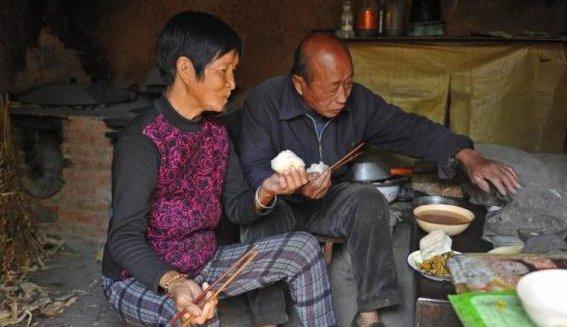 农村老人悼�z#���_99岁农村老人满头黑发,负责给儿做饭还管家里的账