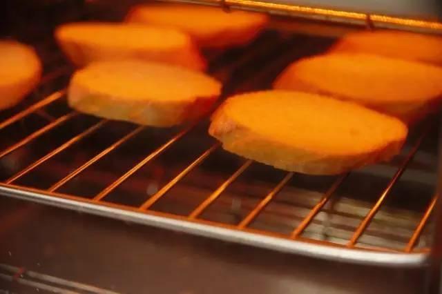 将法国棍子面包切片放入烤箱中烤至酥脆,然后拿出备用.图片