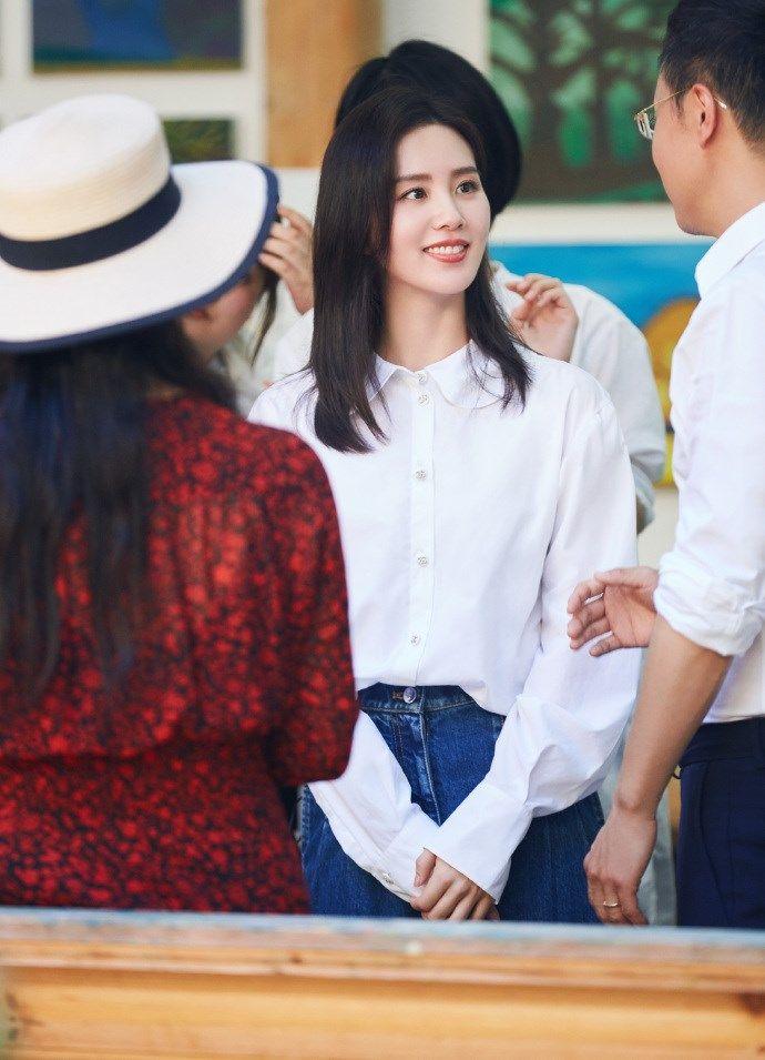刘诗诗心连心演唱《你笑起来真好看》白衬衫彰显优雅知性