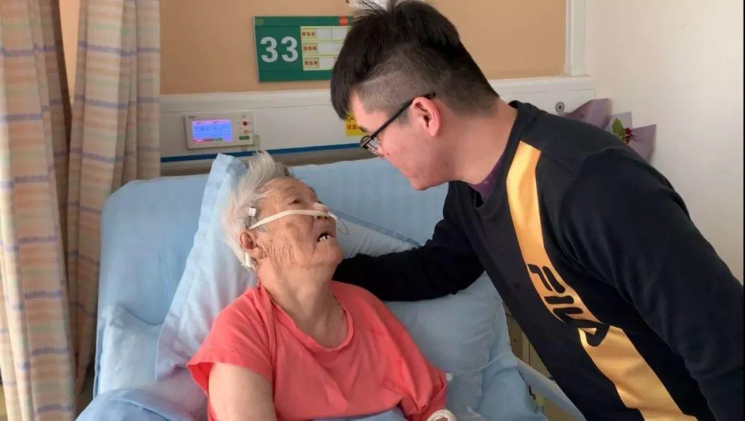 """济南这对""""90后""""组合令人感动:奶奶生病住院,孙子日夜陪护"""