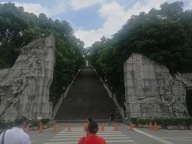 这是凤凰山上的红军烈士陵园,红军山的入口,是重要的红色圣地.