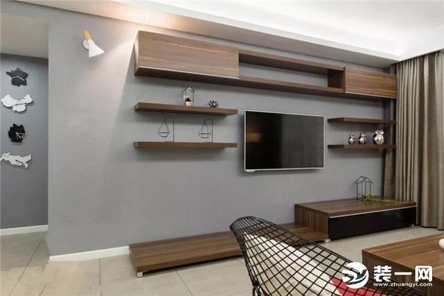 矮柜+隔板背景墙 隔板兼具收纳和展示功能,什么装饰画书本收纳框都可以摆在墙上。多数隔板的线条简约、材质轻便即使多个组合在一起也不会臃肿。 如果墙面平整宽敞,可以像下面这样,以电视为中心,打两层隔板。隔板与电视柜同色,电视柜多长,隔板就多长。
