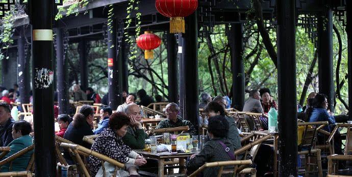 """国内""""最懒""""的两座城市,一座天天喝茶打牌,一座天天喝酒泡吧"""