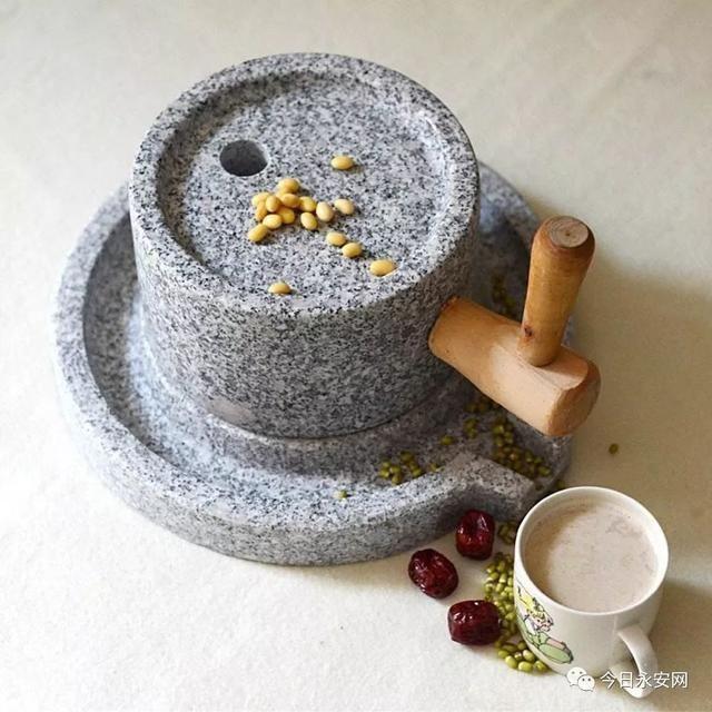 体验用传统石磨磨豆浆,亲自烧煮品尝.