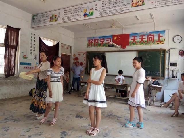 六年级六一流行女生舞蹈_六年级六一女生舞蹈换衣服
