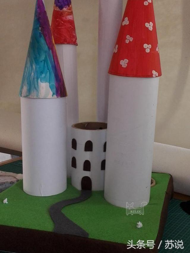 剪很多城堡的窗户,大纸筒的大些,小纸筒的小些.