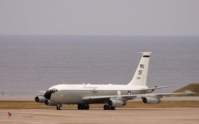 英媒:中国飞行员翻转机身 用座舱对着美军侦察机