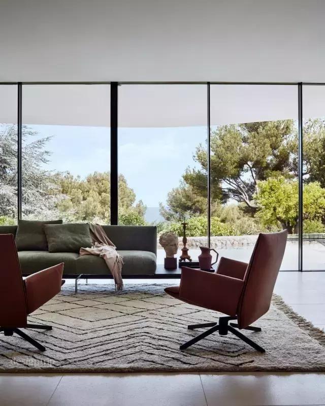 采用落地窗和玻璃门的设计 可以将一个家的可视面达到最大化 它们不