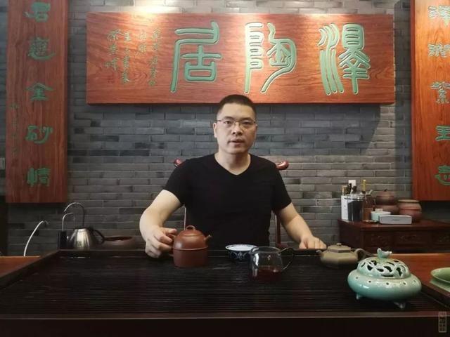 范泽君(军),紫砂壶艺人,陶瓷艺人,国家高级工艺美术师,1972年生于图片