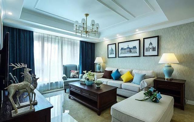 沙发墙铺墙纸,然后用白宫图案的挂画装饰,简单又省钱的做法.