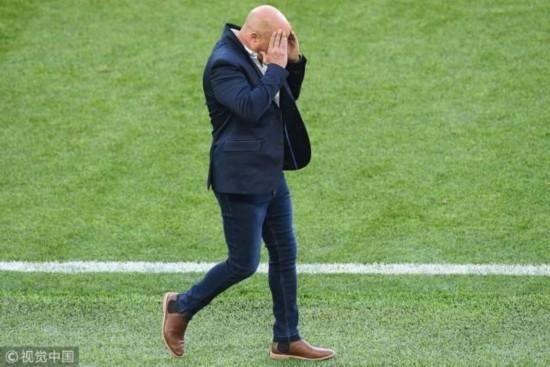 南方日报6月18日讯 (记者/金朱玺)在北京时间16日的世界杯首场小组赛被冰岛队逼平后,阿根廷队上下陷入了信任危机当中,梅西因为射丢点球固然被批评,而其他队员也因为没能给球队作出更大贡献而遭到质疑。当然,也有一些阿根廷名宿表示,需要支持梅西,毕竟目前也只有他能够带队走出困境。  面对铺天盖地的质疑,主教练桑保利说:当你本能拿下比赛但却没能拿下时,肯定会有一种沮丧的感觉,但请不要责怪梅西,他尽力了,而且他有决心带领我们打入下一轮。 梅西本人在接受采访时则说:其实我们之前就设想过平局,比赛中冰岛队的防线比