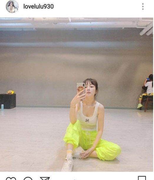 <b>李小璐晒与甜馨合照,自顾自美,坐舞蹈室对镜自拍霸气性感</b>