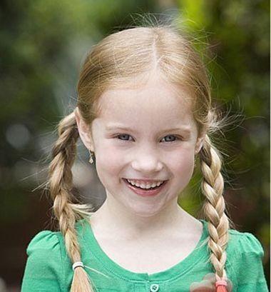 冬季小女孩双编发发型图片