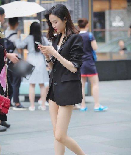 小姐姐身材高挑,清爽的穿搭,凸显时尚的气质