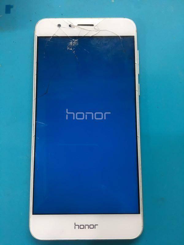 一个小学生的华为荣耀8手机屏幕碎了,不想让妈妈知道帮忙给换了
