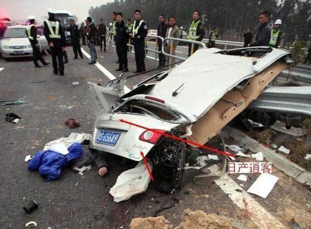 """一场车祸才知道它们是""""纸老虎"""",这车竟然被自行车撞个大洞"""