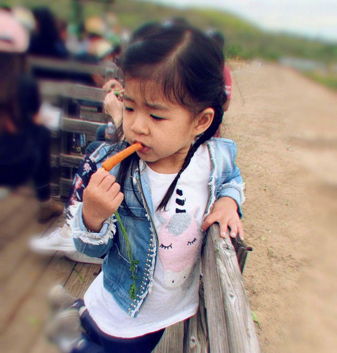 张梓琳晒与女儿近照,3岁胖妹颜值赶超妈妈,超模范堪比张梓琳!