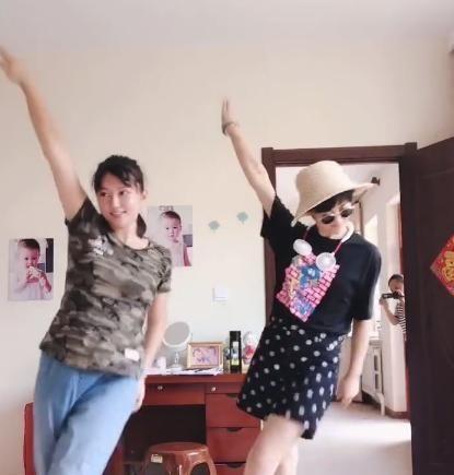 刘英杜小双片场尬舞 两人衣着对比明显 一个朴素一个时尚