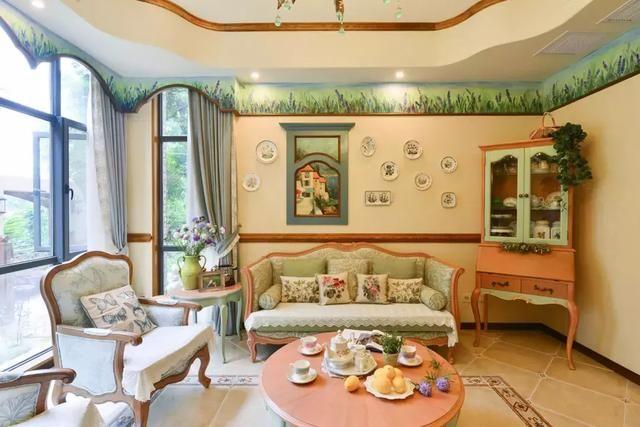 现场手工制作的橱柜和岛台,配上薰衣草植物的花卉小砖.