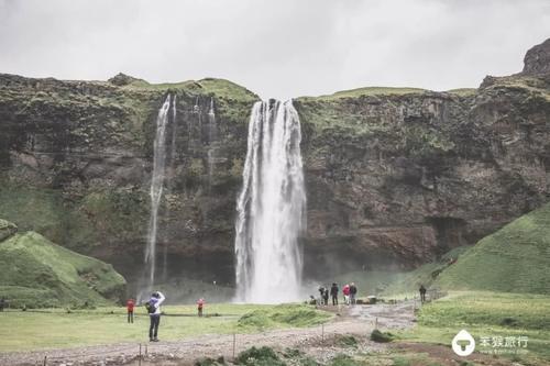 山崖把白色的瀑布水流包围在中间,因此也被称作「森林瀑布」.