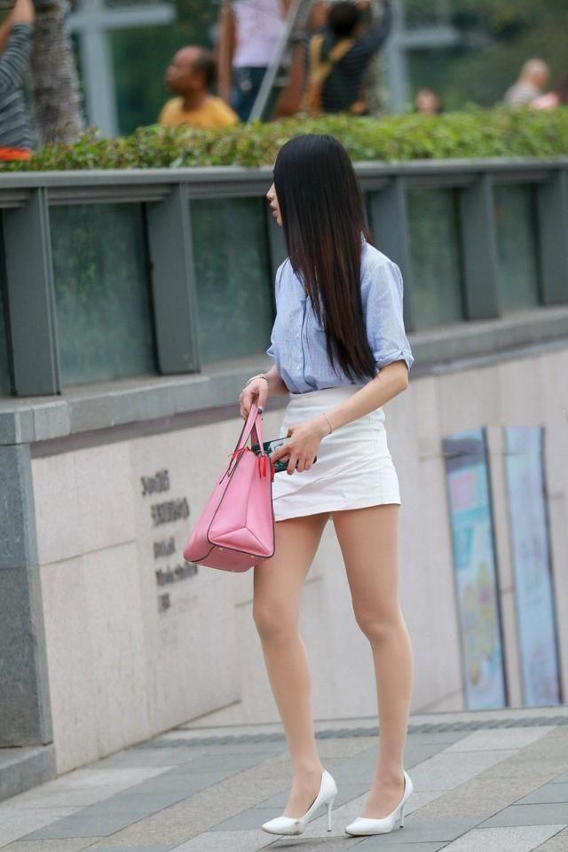 可爱女生一头及腰长发,搭配白色包臀裙,清纯靓丽在街上吸睛无数