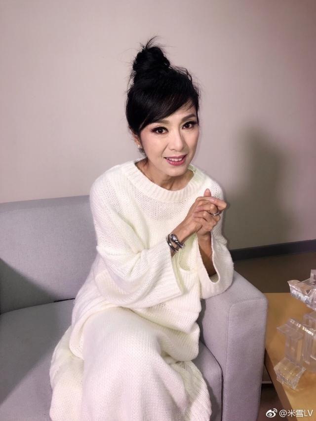赵雅芝穿粉裙扮嫩,米雪脖子皱纹看着吓人,网友:62这样子才真实图片
