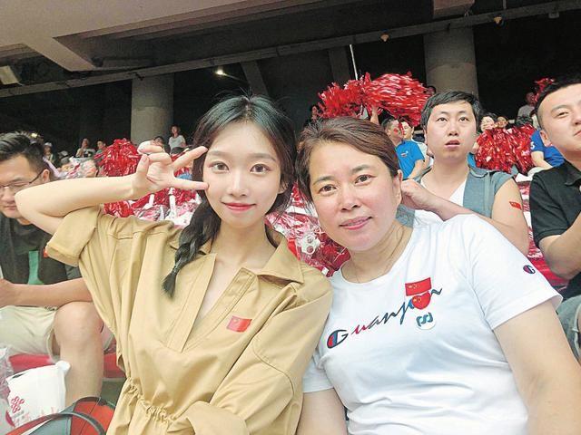 合唱母女:几千人共唱《我爱你中国》很震撼