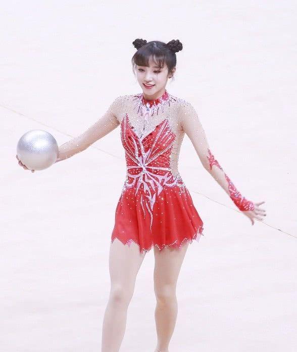 宋雨琦穿体操服表演,看清她的腿型,网友:这才真实
