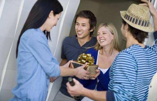 入乡随俗 从美国人日本人送礼物上不同见一斑