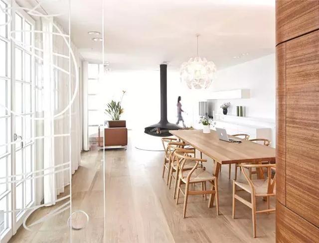 客廳中大大的落地窗引入了大量的陽光進入室內,打造出了一種通透明亮